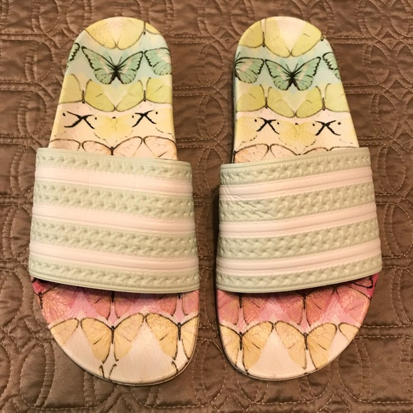 Adidas zapatos mariposa rara adilette diapositivas poshmark